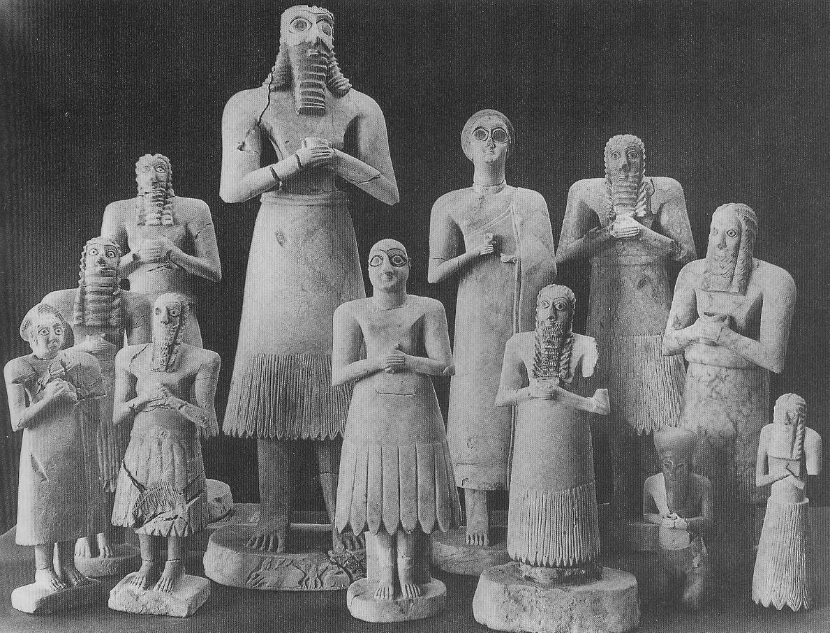 22. Группа статуй и статуэток из Эшнунны из храма Аб-у – при разнице в размерах и деталях костюма видно, что они все принадлежат к одному типу. 2900-2600 гг. до н.э. Алебастр, известняк, гипс.