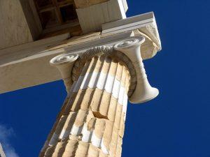 Отреставрированная ионическая колонна на входе в Афинский Акрополь.