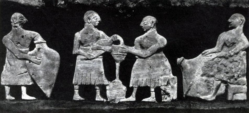 16 6. Часть фриза храма из Эль-Обейда со сценами сельской жизни. Мозаика из шифера и известняка на медном листе. Около 2600 г. до н. э. Багдад. Иракский музей.