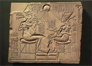Эхнатон с Нефертити и дочерьми