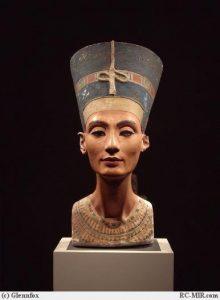Нефертити в голубой тиаре