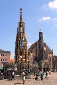 «Прекрасный колодец» (Schöner Brunner) – четырехуровневая каменная пирамида высотой 17, 3 м. это старейший колодец города, использующий трубы (1385 – 1396 г.г.). Автор сооружения Генрих Бехайм.