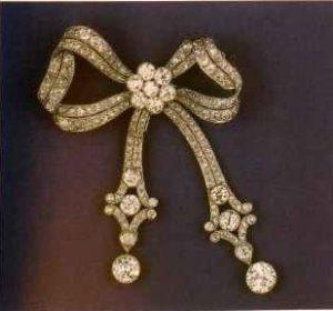 Бриллиантовый бант с подвижными подвеска ми. Ок. 1910. Обратите внимание на то, что крупные бриллианты вставлены в оправы с грануляцией.