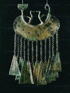 Подвеска-брошь в виде лунницы с подвесками, хальштатская культура, 6 век до н.э., 17 см, Музей естественной истории, Вена, Австрия