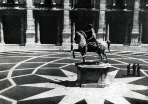 Микеланджело. Площадь Капитолия в Риме. Вид на статую Марка Аврелия с Капитолийского дворца.