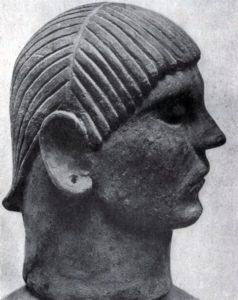Голова с погребальной урны из Кьюзи. Начало 6 в. до н. э. Глина. Кьюзи. Музей.