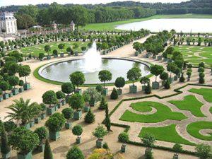 Оранжерея в Парке Версальского дворца на фоне Швейцарского бассейна