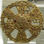 Золотая бляшка в виде хризмы с ликом Спасителя, украшенная гранатами, создана предположительно на рубеже VI-VII вв.