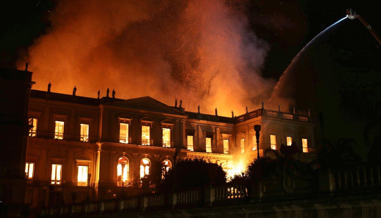 Сгорел Национальный музей Бразилии. И 20 миллионов экспонатов
