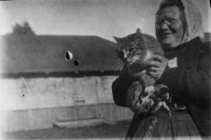 Helena Södergran med katt i famnen ... (1910-1920)
