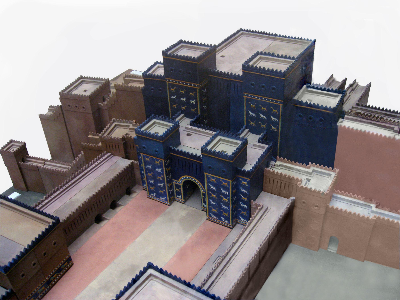 82. Ворота Иштар - восьмые ворота внутреннего города в Вавилоне. Построены в 575 г. до н.э. По приказу Навуходоносора в северной части города. Именно около этих ворот начиналась дорога процессий. Ворота украшены поливным изразцовым кирпичом, на синем фоне — драконы, быки и прочие животные-символы богов, а также орнаменты. В отличие от Ассирии в искусстве Вавилона преобладает религиозное, а не светское начало. Разные части кирпичей отличаются не только цветом, но и рельефной фактурой.