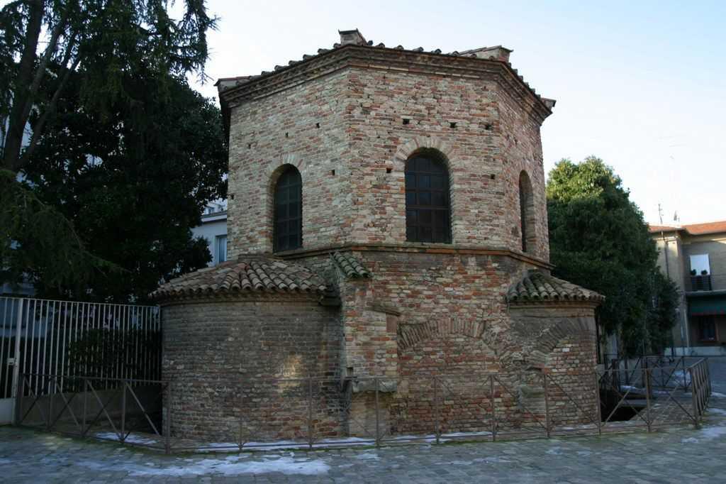 Арианский баптистерий Фасад