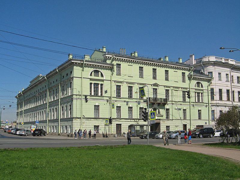 Дом Салтыкова, угол Дворцовой набережной и Суворовской площади.