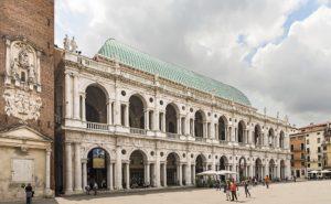 Базилика Палладио в Виченце (Basilica_Palladiana_(Vicenza)_-_facade_on_Piazza_dei_signori)