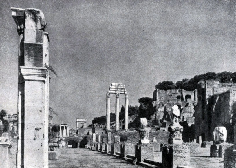 Римский форум (Форум Романум). На первом плане — базилика Юлия, далее в центре — три колонны храма Кастора и Поллукса, вдали арка Тита