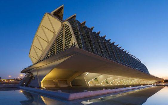 Вид на закате на музей принца Филиппа, Город искусств и наук, Валенсия, Испания. Площадь музея 40'000м², открыт 13 ноября 2000г., спроектирован Сантьяго Калатрава.
