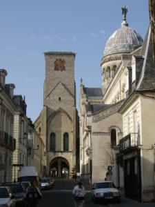 Башня Карла Великого, восстановленная часть средневековой базилики Святого Мартина; справа — современное здание базилики