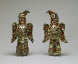 Орлиные фибулы, датированные VI веком, были найдены в Тьерра-де-Баррос (Испания, затем в Королевстве вестготов) и сделаны из листового золота над бронзой. Художественный музей Уолтерса.