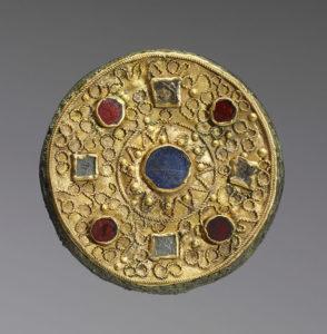 Дисковидная фибула, VII век; золото, бронза, камни, стеклянная паста; Walters Art Museum.