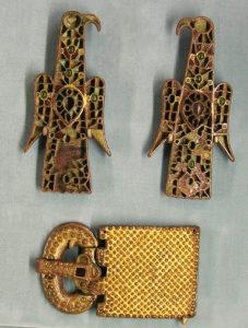 Две фибулы в форме орлов и золотая поясная пряжка; Musée de Cluny.