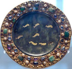 Рама античного змеевидного блюда в Лувре