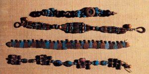 Браслеты из гробницы царя Джера. Начало 3 тыс. до н. э. (1 династия). Золото, полудрагоценные камни, фаянс