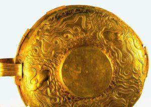 Кубок с орнаментом из осьминогов. 15 век до н. э. Золото; чеканка. Национальный музей, Афины