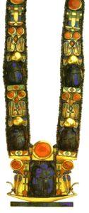 Ожерелье с изображением священных жуков-скарабеев. Ок. 1350 до н. э. Золото, ляпис-лазурь, зеленый полевой шпат, кальцит, стекло