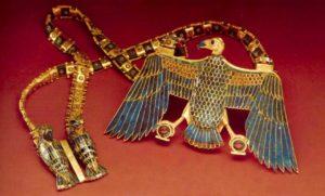Ожерелье с пекторалью в виде богини Нехбет. Ок. 1334 - 1328 до н. э. Золото, лазурит, сердолик, обсидиан, стекло