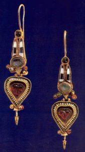 Серьги с египетскими коронами. 3-2 в. до н. э. Золото, полудрагоценные камни, стекло