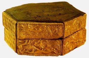 Шкатулка. 16 век до н. э. Дерево, золото. Национальный музей, Афины